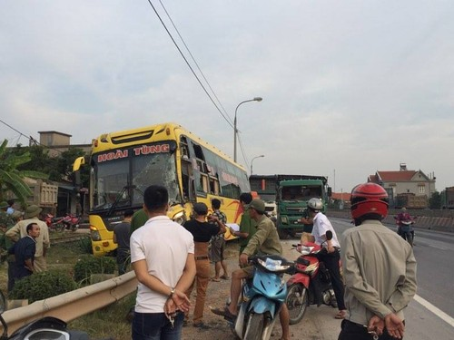 Quang Ninh: Xe khach giuong nam hu hong sau va cham xe tai-Hinh-6