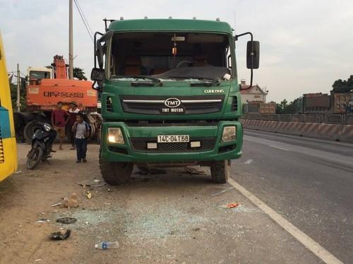 Quang Ninh: Xe khach giuong nam hu hong sau va cham xe tai-Hinh-7