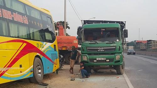 Quang Ninh: Xe khach giuong nam hu hong sau va cham xe tai