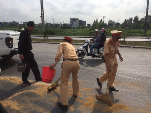 "Quang Ninh: CSGT ""doi nang"" lap vet dau, tranh nhieu phuong tien truot nga-Hinh-2"