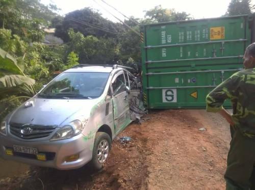 Ha Giang: Container bong dung lat de len 2 o to-Hinh-2