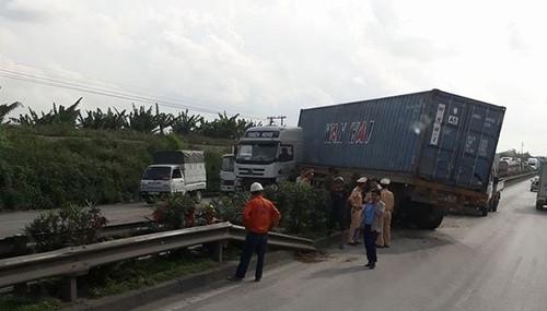 Hai Duong: Container bay qua dai phan cach, dam Lexus, un tac QL 5-Hinh-3