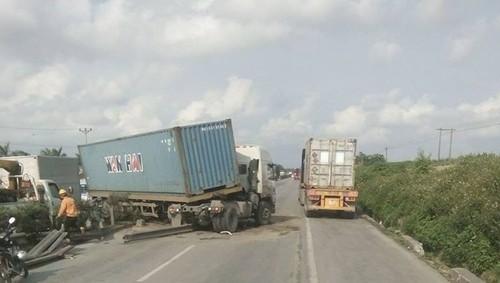 Hai Duong: Container bay qua dai phan cach, dam Lexus, un tac QL 5