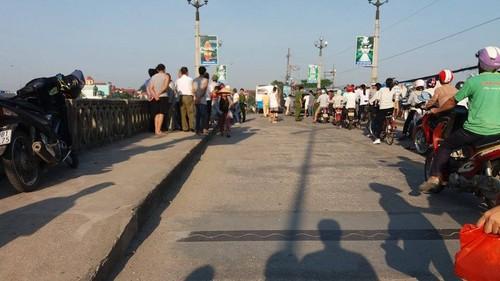 Ninh Binh: Bi o to khach tong, mot nguoi tu vong, mot nguoi vang song-Hinh-2
