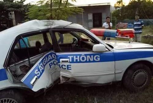 Truy duoi ke tinh nghi mang ma tuy, xe CSGT gap nan, 2 can bo bi thuong