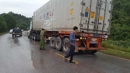 Quang Ninh: Container dam xe khach, hang chuc nguoi so mat via-Hinh-5