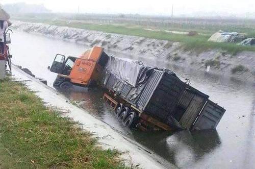 Hai Duong: Container cuon xe may lao xuong muong, 2 nguoi chet
