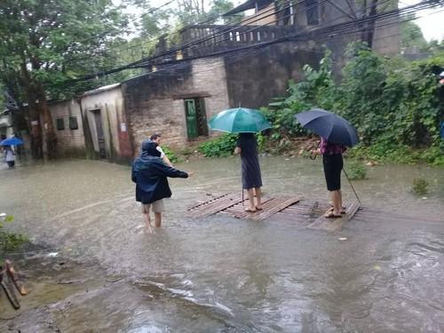 Thanh Hoa: Lo nguyen nhan Bi thu kiem Chu tich phuong dung tren be chong lu-Hinh-2