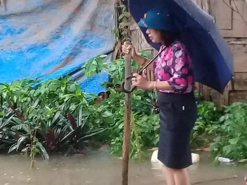 Thanh Hoa: Lo nguyen nhan Bi thu kiem Chu tich phuong dung tren be chong lu