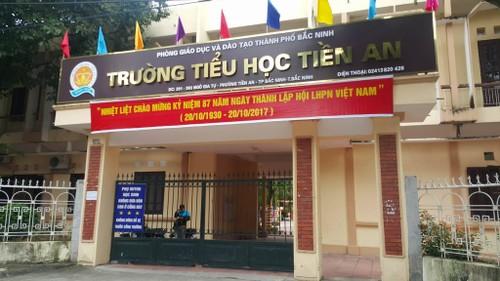 """Bi phu huynh to thu nhieu khoan """"la doi"""", nha truong tra lai hang tram trieu"""