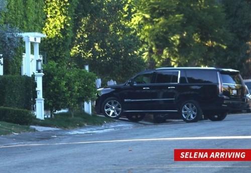 Selena Gomez gap Justin Bieber o nha rieng trong luc ban trai di luu dien-Hinh-2