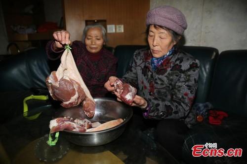 Trung Quoc lien tiep phat hien thit lon phat sang xanh-Hinh-2