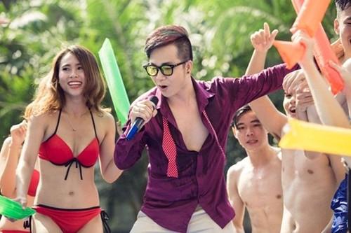 Mac bikini hat Bolero, Quach Tan Du bi nem da-Hinh-2