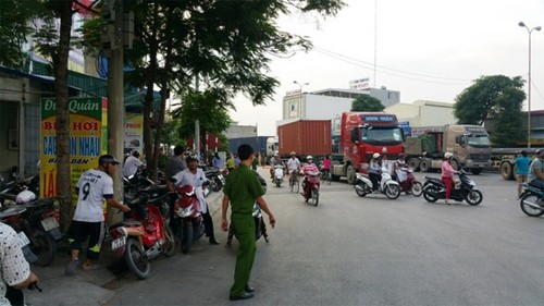 Di dam ma ve hai anh em chet tham duoi banh xe container-Hinh-2