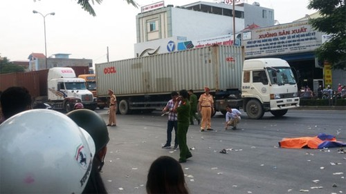 Di dam ma ve hai anh em chet tham duoi banh xe container