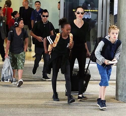 Angelina Jolie va cac con phai dieu tri tam ly