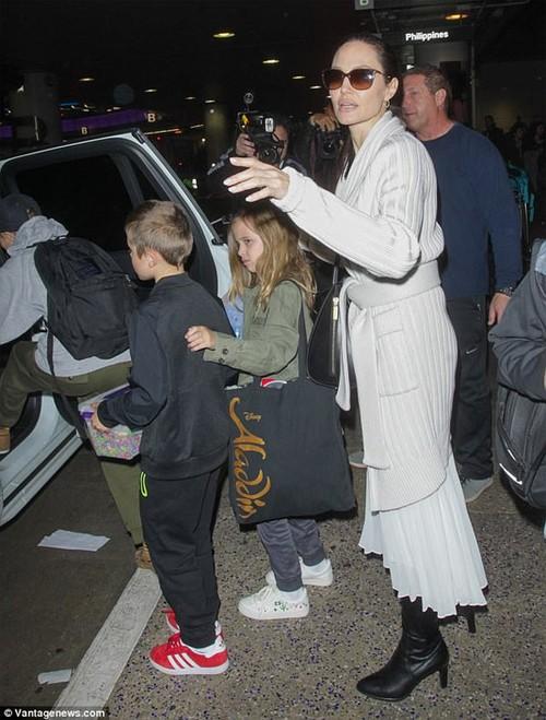 Bi mat chuyen bay khien Angelina Jolie quyet dinh ly hon Brad Pitt-Hinh-2