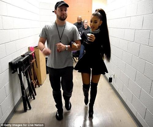 Ariana Grande suy sup sau vu no bom trong show dien o Anh-Hinh-2