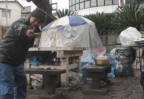 Chuyen la hom nay: Di nhan song tren gac mai, tich 500 chai nuoc tieu-Hinh-2