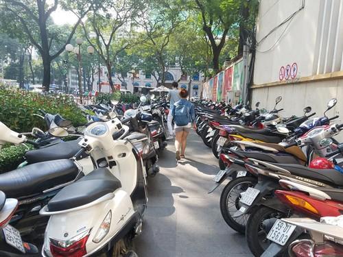 "Ong Doan Ngoc Hai ""xu ly"" bai xe ben canh UBND quan 1-Hinh-2"