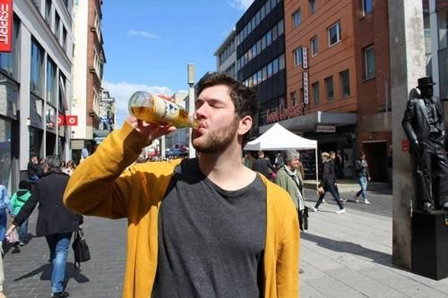 Bệnh lạ buộc một người Đức phải uống 20 lít nước/ngày nếu không sẽ chết