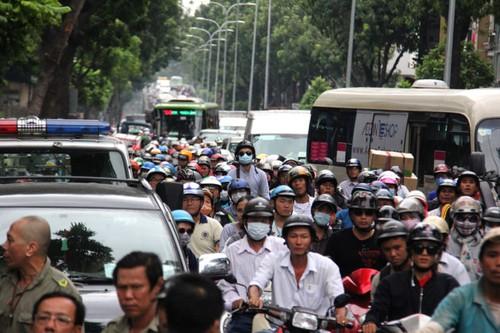 Oto tong hang loat xe roi lao vao cua hang o Sai Gon-Hinh-3