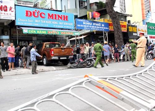 Oto tong hang loat xe roi lao vao cua hang o Sai Gon