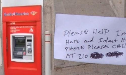 Bi nhot trong may ATM, phai gui loi cau cuu qua khe rut tien