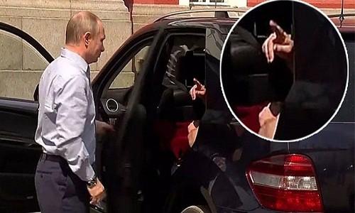 """He lo bi mat """"chiec hop mau do"""" trong xe cua Tong thong Putin"""