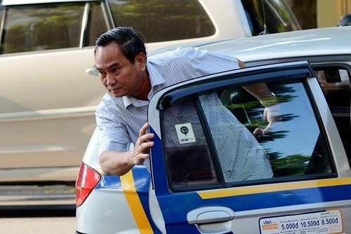 Thu truong cuoi tuoi di taxi