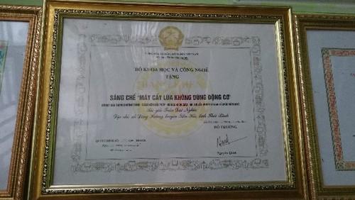 Anh nong dan va chiec may cay ky la o Thai Binh-Hinh-2