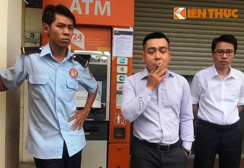 """Nhan vien ngan hang VIB can tro PV chup anh may ATM """"liet""""-Hinh-2"""