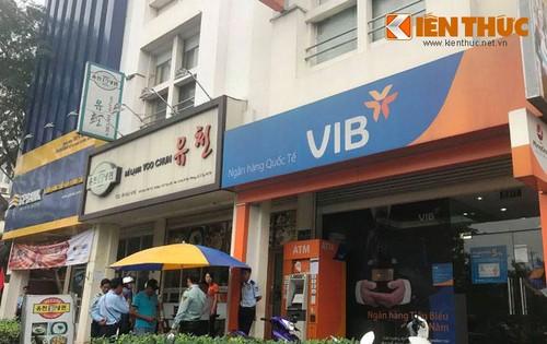 """Nhan vien ngan hang VIB can tro PV chup anh may ATM """"liet""""-Hinh-3"""