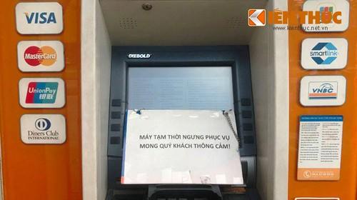 "Nhan vien ngan hang VIB can tro PV chup anh may ATM ""liet"""