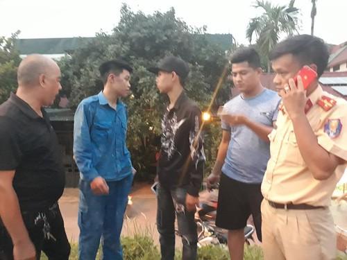 Suc khoe Trung ta CSGT bi xe may kep 3 tong o Ha Noi