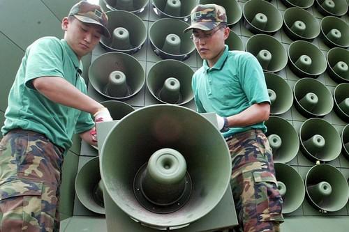 """Dau khau"" giua hai mien Trieu Tien: Loa nao to hon?"