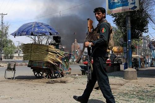 Taliban tan cong can cu quan su, 43 linh Afghanistan thiet mang