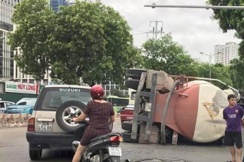 Kinh hoang xe bon tron be tong lat giua duong Ha Noi-Hinh-2