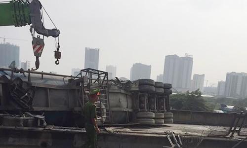 Ha Noi: Xe dau keo lat ngang duong vanh dai 3 tren cao-Hinh-2