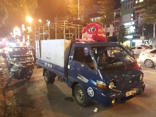 Hoang hot tai xe xe tai chet guc trong cabin tren duong pho Ha Noi-Hinh-2