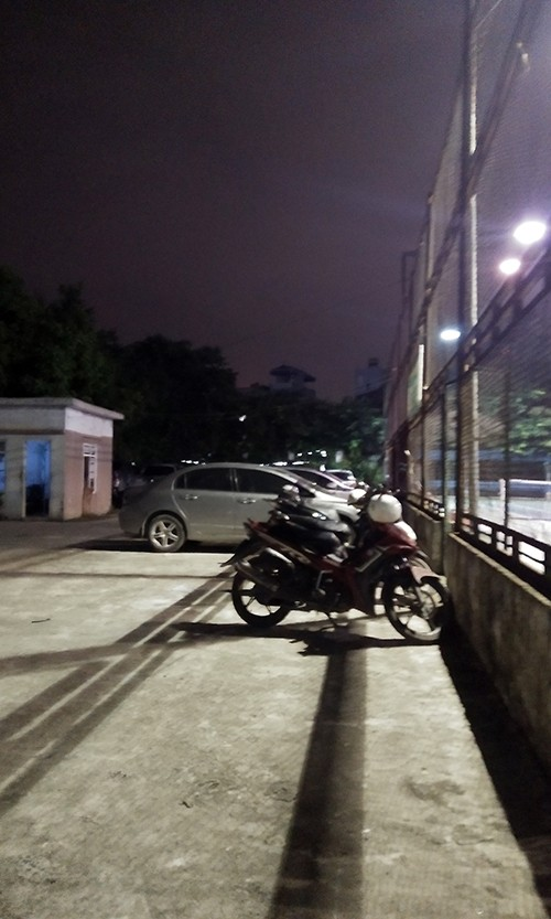 """Bai xe o to khong phep """"moc"""" gan tru so, UBND phuong Phuc La khong biet?-Hinh-2"""