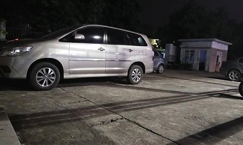 """Bai xe o to khong phep """"moc"""" gan tru so, UBND phuong Phuc La khong biet?"""