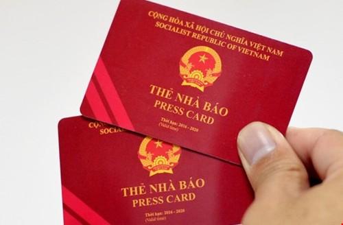 The Dang vien, the nha bao... van lam duoc thu tuc di may bay