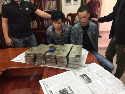 Can mat hai doi tuong van chuyen 47 banh heroin o Ha Noi