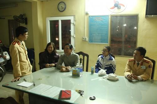 CSGT giup be gai lac tu Thai Binh sang Phu Ly ve nha-Hinh-2