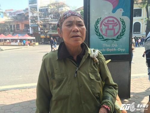 """Gap ba lao nhat rac tay khong bat """"tam tac"""" giua pho HN-Hinh-2"""
