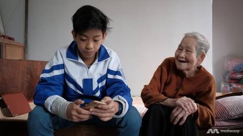 "Cu ba 97 tuoi ""sanh Internet nhat Viet Nam"" len bao nuoc ngoai"