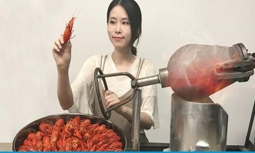 """'""""Thanh nu cong so"""" nuong tom bang may no bong ven duong"""