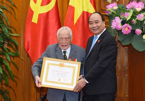 Nguyen Thu tuong Nguyen Tan Dung nhan huy hieu 50 nam tuoi Dang-Hinh-2