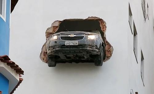 Chevrolet Cruze dam xuyen tuong toa nha cao tang